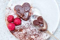 Dessert de jour de valentines avec le gâteau de chocolat en forme de coeur Photographie stock