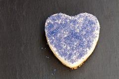 Dessert de jour de valentines Gâteau au fromage en forme de coeur avec le glimm bleu Images stock