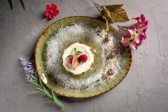 Dessert de lait avec le fruit et le chocolat sur un fond gris images libres de droits