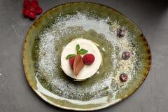 Dessert de lait avec le fruit et le chocolat sur un fond gris photo libre de droits