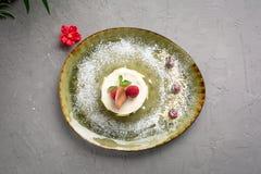 Dessert de lait avec le fruit et le chocolat sur un fond gris image libre de droits