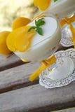 Dessert de lait avec les prunes jaunes images stock