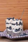 Dessert de myrtille avec de la crème et des meringues Images libres de droits