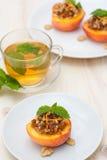 Dessert de pêche et tasse de thé images libres de droits