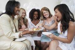 Dessert de portion de femme aux invités féminins à la douche nuptiale Photographie stock
