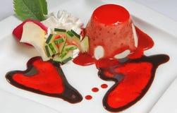 Dessert de Saint Valentin avec deux coeurs Images stock