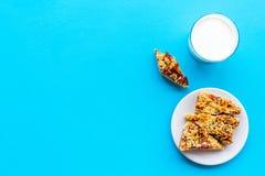 Dessert de soirée de tradition d'enfants Lait et biscuits faits maison sur l'espace bleu de vue supérieure de fond pour le texte photos stock