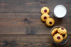 Dessert de soirée de tradition d'enfants Lait et biscuits faits maison sur l'espace en bois foncé de copie de vue supérieure de f photographie stock