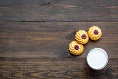 Dessert de soirée de tradition d'enfants Lait et biscuits faits maison sur l'espace en bois foncé de copie de vue supérieure de f images stock
