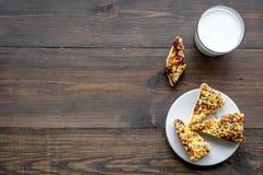 Dessert de soirée de tradition d'enfants Lait et biscuits faits maison sur l'espace en bois foncé de copie de vue supérieure de f image stock