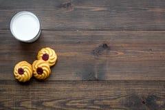 Dessert de soirée de tradition d'enfants Lait et biscuits faits maison sur l'espace en bois foncé de copie de vue supérieure de f image libre de droits