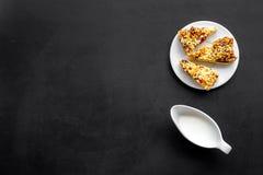 Dessert de soirée de tradition d'enfants Lait et biscuits faits maison sur l'espace noir de copie de vue supérieure de fond photos stock