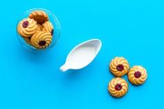Dessert de soirée de tradition d'enfants Lait et biscuits faits maison sur la vue supérieure de fond bleu photos libres de droits