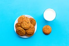 Dessert de soirée de tradition d'enfants Lait et biscuits faits maison sur la vue supérieure de fond bleu photographie stock