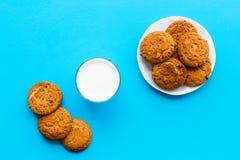 Dessert de soirée de tradition d'enfants Lait et biscuits faits maison sur la vue supérieure de fond bleu photo stock