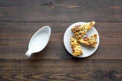 Dessert de soirée de tradition d'enfants Lait et biscuits faits maison sur la vue supérieure de fond en bois foncé photographie stock libre de droits