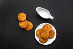 Dessert de soirée de tradition d'enfants Lait et biscuits faits maison sur la vue supérieure de fond noir images libres de droits