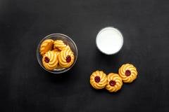 Dessert de soirée de tradition d'enfants Lait et biscuits faits maison sur la vue supérieure de fond noir image stock