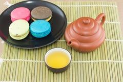 Dessert de théière et de macaron Image libre de droits