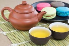 Dessert de théière et de macaron Photo stock