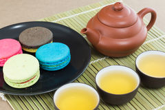 Dessert de théière et de macaron Photographie stock libre de droits