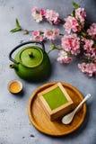 Dessert de tiramisu de Matcha et thé vert image libre de droits