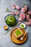 Dessert de tiramisu de Matcha et thé vert images stock
