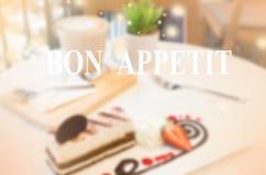 Dessert de tiramisu sur la table dans le temps de café Images stock