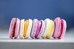 Dessert dei maccheroni (macaron) in una fila Fotografie Stock