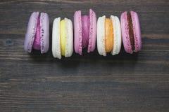 Dessert dei maccheroni su fondo di legno scuro Fotografia Stock