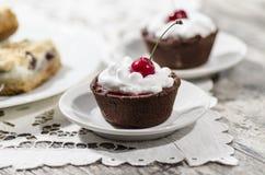 Dessert del cioccolato con panna montata e una ciliegia Fotografie Stock