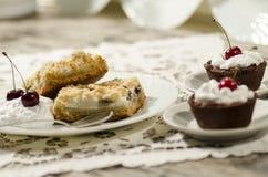 Dessert del cioccolato decorato con panna montata Fotografia Stock Libera da Diritti