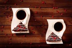 Dessert del dolce di cioccolato di Natale con il melograno ed il caffè Fotografia Stock Libera da Diritti