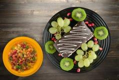 Dessert del dolce e della frutta Immagini Stock