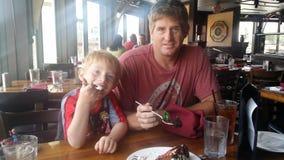 Dessert del figlio e del padre Fotografie Stock Libere da Diritti