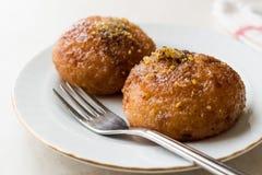 Dessert del formaggio di Kemalpasa del turco/Lor Tatlisi con la polvere ed il sorbetto del pistacchio immagine stock