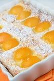 Dessert del grafico a torta della pesca con zucchero in polvere Immagine Stock