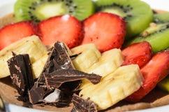 Dessert del kiwi, della fragola, della banana e del cioccolato più vicini Immagine Stock Libera da Diritti