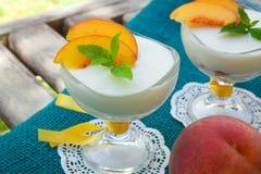 Dessert del latte con le pesche Immagini Stock Libere da Diritti
