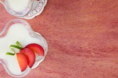 Dessert del latte con le prugne viola Fotografie Stock Libere da Diritti