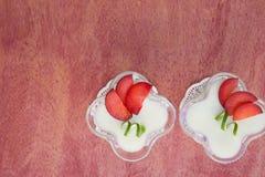 Dessert del latte con le prugne viola Fotografia Stock