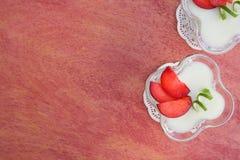 Dessert del latte con le prugne viola Immagine Stock Libera da Diritti