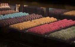 Dessert del maccherone sullo scaffale fotografia stock