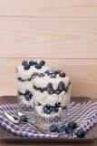 Dessert del mirtillo con crema e meringhe Fotografia Stock
