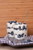Dessert del mirtillo con crema e meringhe Immagini Stock Libere da Diritti