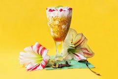 Dessert del porridge con il oney e fiori su fondo giallo Fotografie Stock