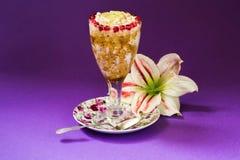 Dessert del porridge, piatto decorativo e fiore su fondo viola Fotografie Stock Libere da Diritti