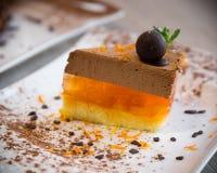 Dessert delicato dal soufflè e dalla gelatina del cioccolato dall'arancia Fotografia Stock Libera da Diritti