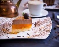 Dessert delicato dal soufflè e dalla gelatina del cioccolato dall'arancia Fotografie Stock