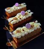 Dessert delicato della noce di cocco con i mirtilli rossi secchi, la cioccolata bianca e le meringhe porpora fotografia stock